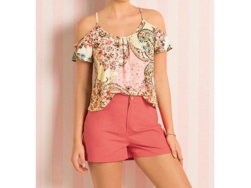 Blusa Quintess confeccionada em malha de viscose com elastano. Modelo de alças finas e mangas